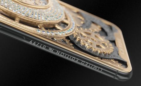 Además, en el lateral hay una inscripción que detalla cuál de los 99 iPhone de Caviar tienes