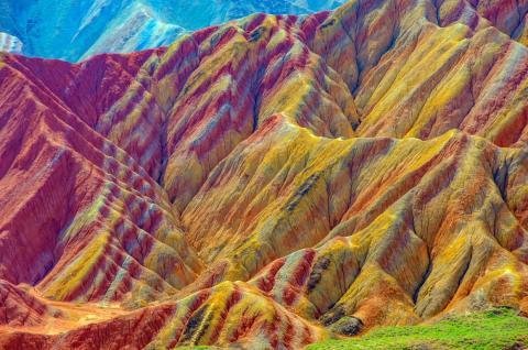 Las montañas multicolor tienen rayas rojas, amarillas, verdes y azules.