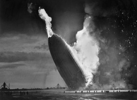 El dirigible alemán Hindenburg se estrella contra la tierra el 6 de mayo de 1937, en la Estación Naval de los Estados Unidos en Lakehurst, N.J