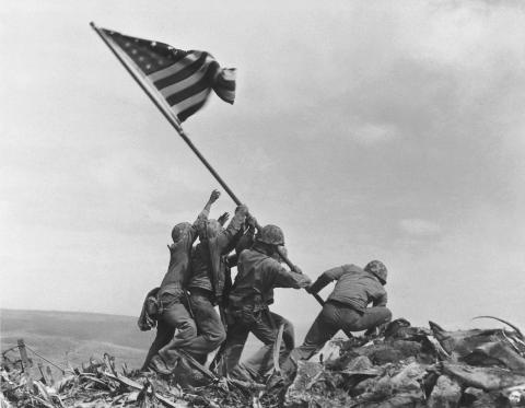 Los marines del 28 Regimiento, 5ª División, levantan la bandera estadounidense.