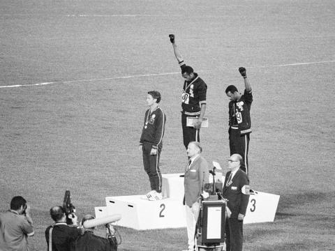 Tommie Smith y John Carlos, medallistas de oro y bronce en la carrera de 200 metros en los Juegos Olímpicos de 1968, protestan en el podio.