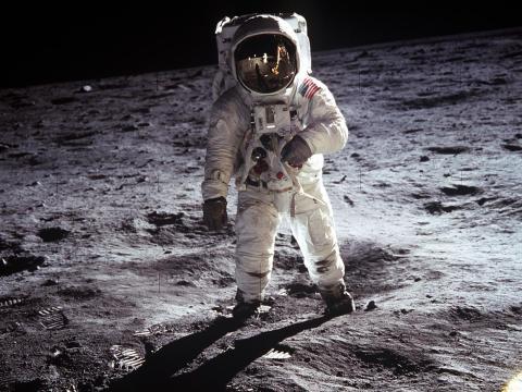 El astronauta Edwin E. Aldrin Jr. camina cerca del Módulo Lunar durante la actividad extravehicular del Apolo 11 el 20 de julio de 1969 en la Luna