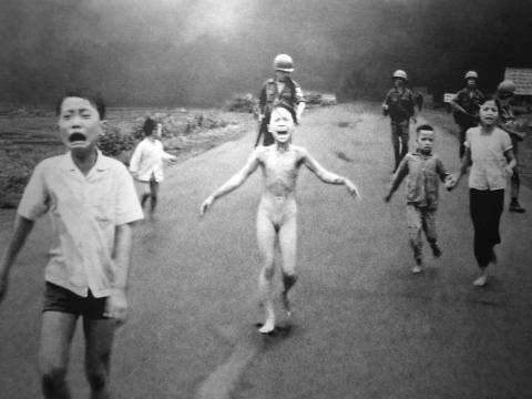 Niños huyendo de un bombardeo con Napalm en la guerra de Vietnam.