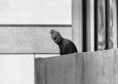 Un miembro del comando pro-palestino en el edificio donde tuvieron como rehenes a varios miembros del equipo olímpico israelí.