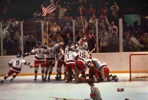 El equipo de hockey de EE. UU. Se lanza contra el portero Jim Craig después de una victoria 4-3 contra los soviéticos en los Juegos Olímpicos de 1980