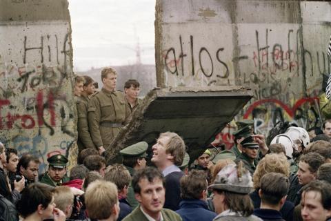 Imagen del primer derrivo del Muro de Berlín
