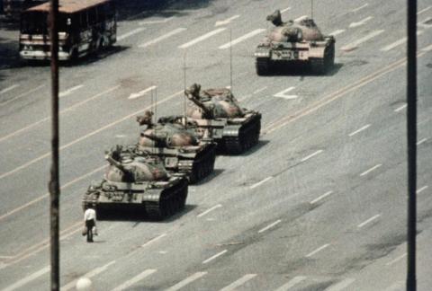 Un manifestante detiene los tanques en la plaza de Tiananmen en China