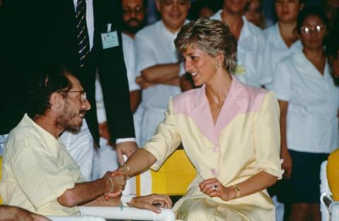 La princesa Diana visitó a pacientes con SIDA en el Hospital Universidade de Río de Janeiro, Brasil, el 25 de abril de 1991.