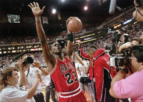 Michael Jordan de los Chicago Bulls celebra después de que los Bulls ganasen a los Phoenix Suns 99-98 para conseguir su tercer título consecutivo en la NBA