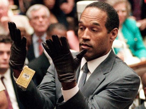 En esta foto de archivo del 21 de junio de 1995, OJ Simpson levanta las manos ante el jurado después de ponerse un nuevo par de guantes similares a los empleados