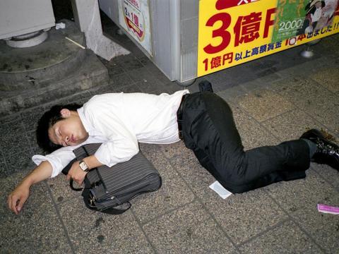 En 2008, comenzó a fotografiar a los empresarios dormidos con los que se encontraba