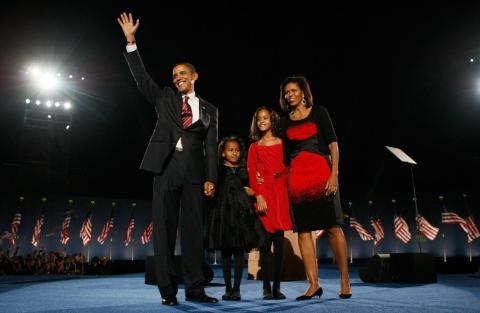 El presidente electo Barack Obama saluda a los simpatizantes con su esposa Michelle y sus hijas Malia y Sasha durante una re un miting de la noche electoral en Grant Park el 4 de noviembre de 2008 en Chicago, Illinois.