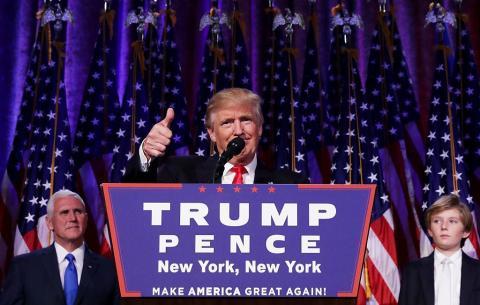 El presidente electo republicano, Donald Trump da su discurso de aceptación en la noche electoral del 9 de noviembre de 2016