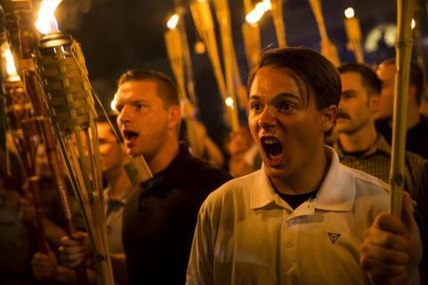 Peter Cvjetanovic junto con otros miembros neonazis y miembros de la Alt-Right y supremacistas blancos cantando en el campus de la Universidad de Virginia con antorchas el 11 de agosto de 2017