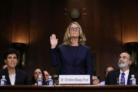 Christine Blasey Ford toma juramento antes de declarar ante el Comité Judicial del Senado en Capitol Hill el 27 de septiembre de 2018 en Washington, DC.