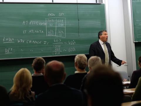 28. Los estadistas desarrollan o aplican teoría y métodos matemáticos o estadísticos para recolectar, organizar, interpretar y resumir datos numéricos para proporcionar información útil.