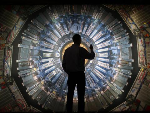 3. Los físicos investigan los fenómenos físicos, desarrollan teorías sobre la base de la observación y los experimentos, y diseñan métodos para aplicar leyes y teorías físicas.