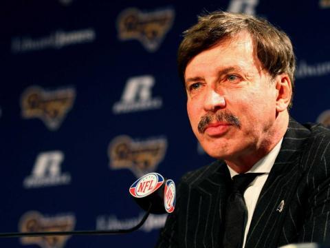 El propietario de los St. Louis Rams, Stan Kroenke, se dirige a los medios durante una conferencia de prensa en el Russell Training Center el 17 de enero de 2012 en Earth City, Missouri.