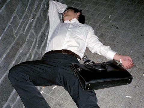 Después de un largo día de trabajo, también es habitual que algunos asalariados de Japón beban y socialicen con sus colegas.