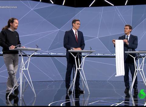 Albert Rivera enseña a Sánchez un rollo de papel con casos de corrupción del PSOE en el debate electoral