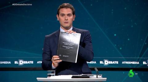 Albert Rivera con la tesis de Pedro Sánchez durante el debate electoral de Atresmedia.