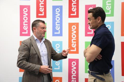 Alberto Ruano, director general de Lenovo Iberia (izq) y Manuel del Campo, CEO de Axel Springer España (dcha)