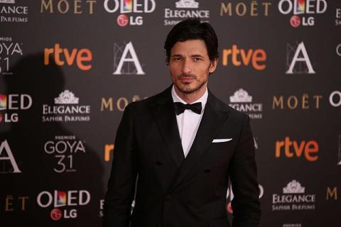 Andrés Velencoso en la alfombra verde de los premios Goya en 2017