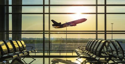 Avión despegando en aeropuerto