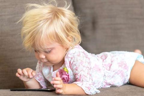 Bebé con un smartphone