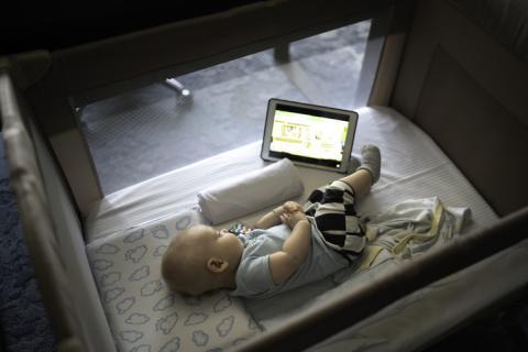 Bebé viendo un iPad