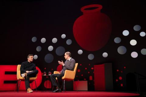 """Bostrom explica su teoría de la """"urna gigante"""" al presentador de la charla TED, Chris Anderson."""