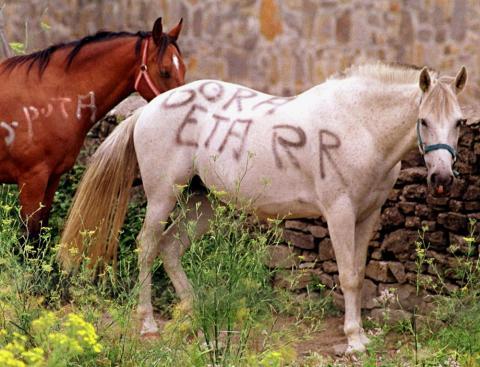 Los caballos de la familia de Abascal también sufrieron durante esta etapa pintadas en favor de ETA.