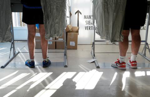 Cabinas para votar en un colegio electoral de Madrid en las elecciones generales del 28 de abril de 2019.