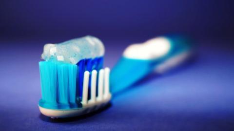 Cepillar los dientes demasiado fuerte puede ser muy dañino