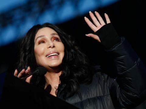 Cher hablando durante la marcha de las mujeres en 2018