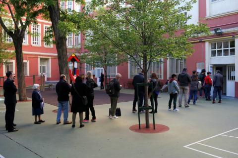 Cola en un colegio electoral de Madrid en las elecciones del 28 de abril de 2019.