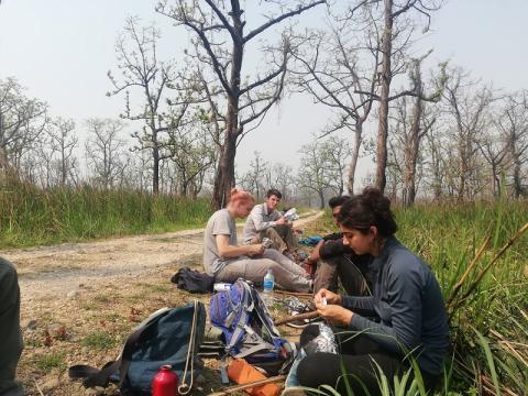 Tras ver a los primeros dos rinocerontes nos sentamos a comer y reponer energías.