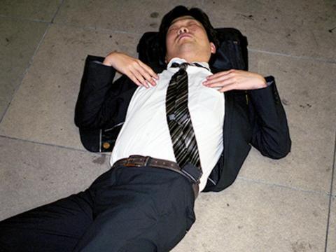 """La cultura del exceso de trabajo puede ser tan intensa en Japón que los hombres de negocios, llamados """"salarymen"""" en la cultura japonesa, incluso han muerto a causa del exceso de trabajo."""