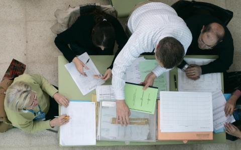 Las mesas administradas electrónicamente contribuyen a reducir el gasto de papel y evitar fallos de comprobación.