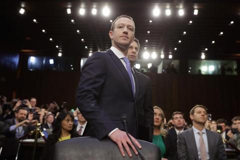 El cofundador, presidente y CEO de Facebook, Mark Zuckerberg, llega para testificar ante una audiencia conjunta del Comité de Comercio y Poder Judicial del Senado en 2018