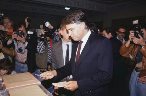 Felipe González se identifica ante los miembros de la mesa electoral, antes de depositar su voto en las elecciones legislativas de 1989.