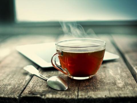 Las bebidas calientes que se sirven a temperaturas cercanas a la ebullición también pueden aumentar el riesgo de que una persona desarrolle cáncer en el tubo que lleva los alimentos y bebidas de la boca al estómago.