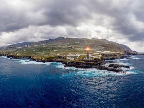 Faro Punta Cumplida en La Palma, Islas Canarias.