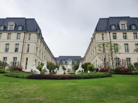 Este megaedificio está situado en la zona de París y es realmente impresionante