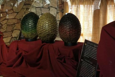 Huevos de Dragón de Juego de Tronos en la vitrina del museo de Osuna.