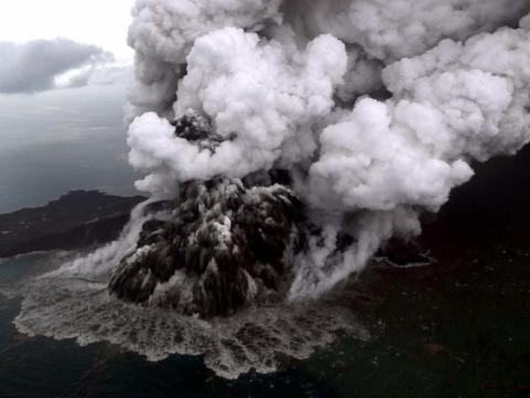 El volcán Anak Krakatoa entraba en erupción el 23 de diciembre de 2018 en el estrecho de Sunda, en la costa del sur de Sumatra.