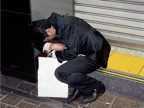 El gobierno japonés ha tomado algunas medidas para aumentar el equilibrio entre la vida laboral y personal, además de aplicar multas a las empresas cuyos empleados fallecen por causas relacionadas con el karoshi.