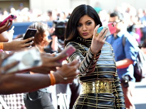 Kylie Jenner aprovechó su base de fans en las redes sociales para construir los 900 millones de dólares de Kylie Cosmetics.
