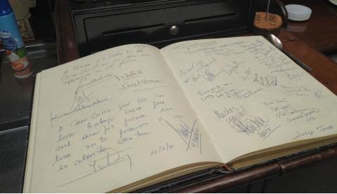 Libro de autógrafos de Juego de Tronos en Casa Curro.