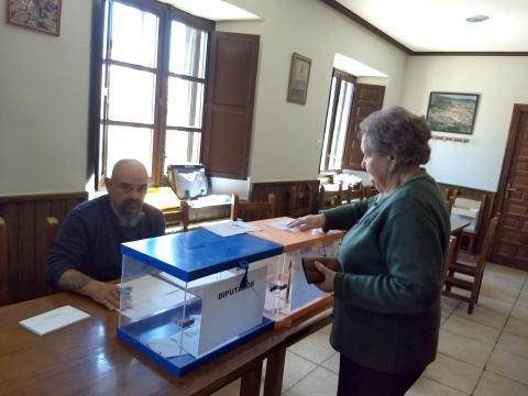 Mesa electoral en el bar de Valtajeros, Soria